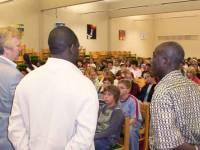 Von rechts nach links: Herrn Bödeker vom Gymnasium Heepen, Joel Nsengiyaremye von Dialog International und Sam Essiamah