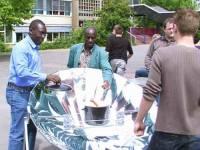 Solarwürstchen serviert von Albert Mader und von Sam Essiamah. Da schmeckt man die Sonne...